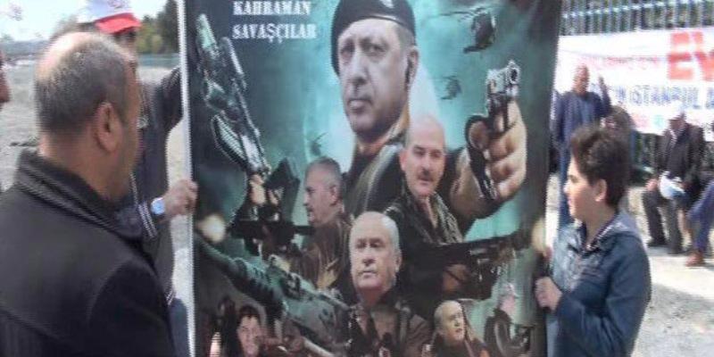 Silahlı Erdoğan pankartı